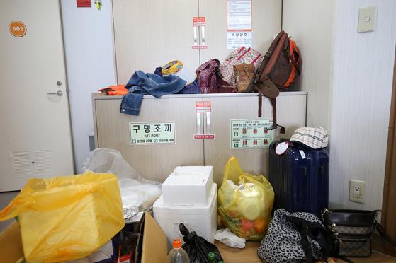 전남 목포에서 제주로 향하는 여객선 퀸메리호의 구명조끼 보관함 주변에 승객들이 짐이 놓여 있다. 사고로 배가 기울어 짐이 쏠릴 경우 문을 여는 데 어려움이 예상됐다. 짐 보관함은 바로 옆에 따로 있었다. 프리랜서 장정필