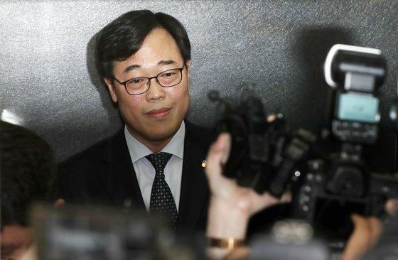 '외유성 출장' 의혹을 받고 있는 김기식 금융감독원장이 16일 오후 서울 마포구 저축은행중앙회에서 열린 '저축은행CEO간담회'를 마친 뒤 승강기에 올라 있다. [뉴스1]