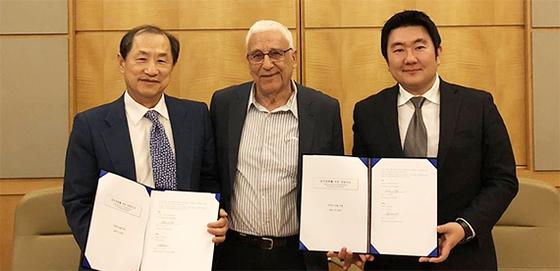 이상철 세계경영연구원 회장(왼쪽)과 이갈 에를리히 요즈마그룹 회장(가운데)이 14일 인천 그랜드하얏트 호텔에서 M&A 플랫폼 구축을 위한 양해각서(MOU)를 체결했다. [사진 세계경영연구원]