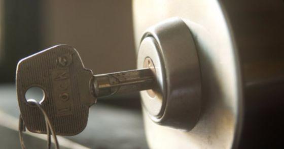 부모님 없이 처음으로 혼자 외출을 결심하게 된 발달자애인 이상걸(23·가명) 씨. 현관문 앞에서 떨어진 열쇠를 주으려다 지나가던 윗집 아주머니에 의해 강제로 집으로 돌아오게 되었다. [중앙포토]