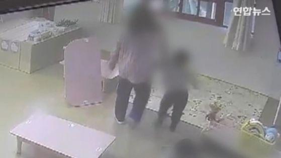 광주의 한 어린이집에서 아동학대 의심 정황 신고가 접수돼 경찰이 수사에 착수했다. 경찰은 해당 어린이집에서 관련 정황이 담긴 CCTV 영상을 확보했다. [사진 연합뉴스TV 갈무리]