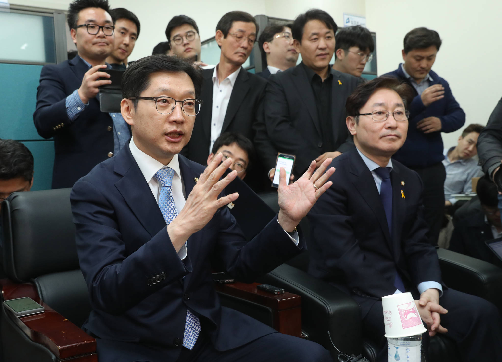 `인터넷 여론 조작 사건' 관여 의혹을 받고 있는 더불어민주당 김경수 의원이 16일 오후 국회 정론관에서 기자회견을 한 뒤 대변인실에서 질의응답을 하고 있다. 사진 공동취재기자단