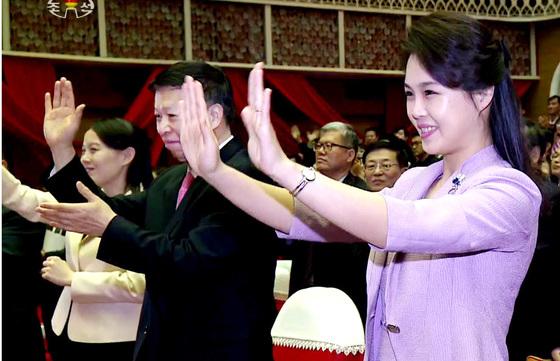 북한 조선중앙TV가 15일 보도한 영상에서 김정은 국무위원장의 부인 이설주가 중국 공산당 쑹타오 대외연락부장과 함께 중국 예술단의 공연을 관람하고 있다. [중앙포토]