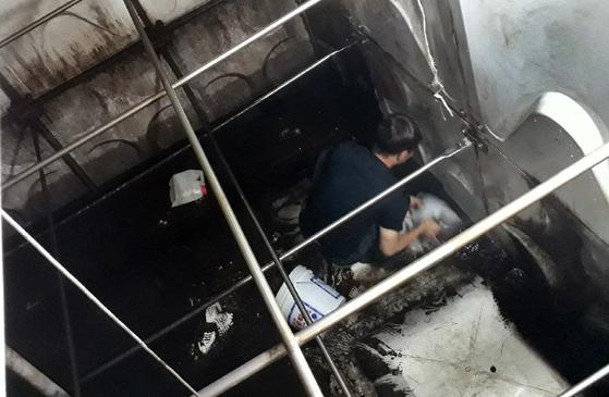 지하수 대신 기름이 섞인 농업용수를 받아서 사용한 경남 양산의 한 노인요양원 물탱크 내부. [연합뉴스]