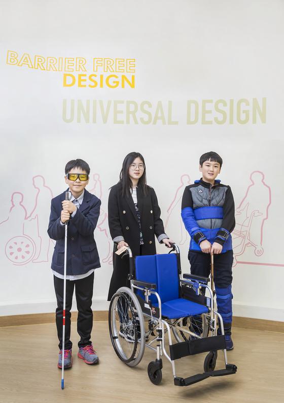 유니버설 디자인을 알아보기 위해 소중 학생기자들이 한국복지대학교 내에 있는 유니버설디자인센터를 방문했다. 왼쪽부터 신경채 ·윤신혜·최치원 학생기자