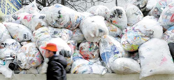 지난 6일 오후 서울 서초구 방배동의 한 재활용센터에 폐비닐이 수북히 쌓여 있다. 중국의 수입 중단과 고형연료 제조 사용에 문제가 생기면서 국내 재활용업체들이 쓰레기 수거를 기피한 탓이다. [뉴스1]