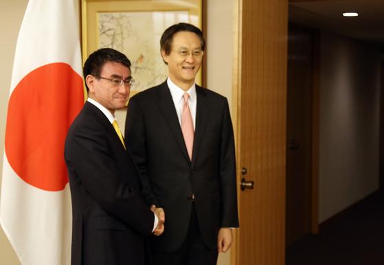 이수훈 주일 대사(오른쪽)와 고노 다로 일본 외무상. [연합뉴스]