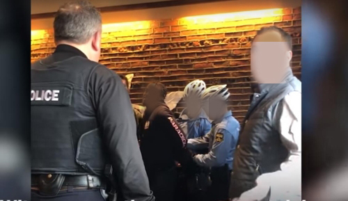 미국 필라델피아의 한 스타벅스 매장서 흑인 남성을 체포하는 경찰. [유튜브 영상 캡처]