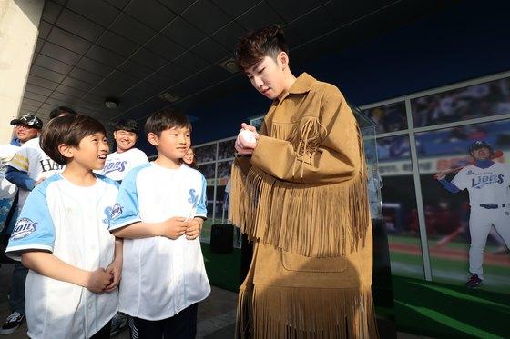 임효준이 지난달 30일 오후 대구 삼성라이온즈파크에서 팬들과 만나 사인을 해주고 있다. [뉴스1]