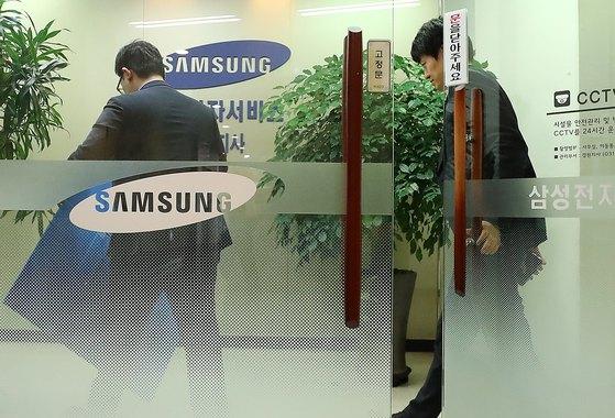 삼성의 '노조와해' 의혹을 수사중인 검찰 관계자들이 12일 오후 경기도 용인시 삼성전자서비스 경원지사에서 압수한 물품을 옮기기 위해 상자를 갖고 들어가고 있다.[뉴스1]