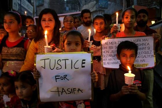 14일 인도 카슈미르의 겨울 수도인 잠무에서 시민들이 8세 소녀 아시파 바노를 성폭행한 뒤 살해한 범인들의 처벌을 요구하는 촛불 시위를 벌이고 있다. [EPA=연합뉴스]