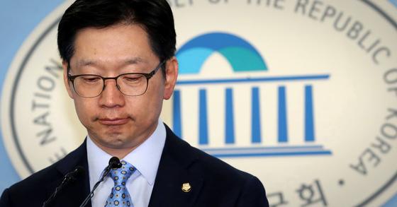 김경수 더불어민주당 의원이 지난 14일 오후 국회 정론관에서 '민주당 당원 댓글공작'에 배후설에 대해 기자회견을 하고 있다. [연합뉴스]