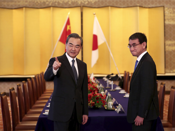 고노 다로(오른쪽) 일본 외무상과 왕이 중국 국무위원 겸 외교부장이 15일 도쿄에서 만나 외교장관회담을 했다. 중국 외교수장이 양국간 회담을 위해 방일을 한 건 9년만이다.[AP=연합뉴스]