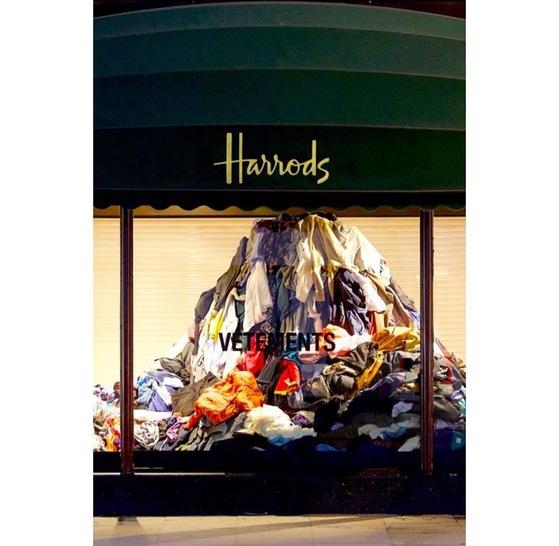 런던 헤롯백화점 쇼윈도에 의류 쓰레기가 쌓여 있다. 패션브랜드 베트멍과 함께 과잉 생산되는 의류에 대한 문제점을 알리겠다는 취지로 벌인 이벤트다.