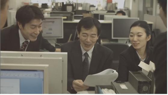 도쿄도가 제작한 '암 치료와 일 병행' 캠페인 비디오의 한 장면. 치료를 받은 동료(가운데)가 완치됐다는 결과지를 받자 기뻐하고 있다. [윤설영 특파원]
