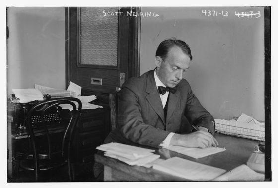 1917년 책상에 앉아있는 스콧 니어링(Scott Nearing, 1883~1983). [사진 위키미디아]