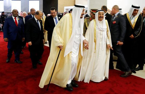 15일 사우디아라비아 다란에서 열린 아랍연맹 제29차 정상회의에서 사우디의 살만 국왕(왼쪽)과  쿠웨이트 군주인 셰이크 사바 알 아마드 알 사바가 사진 촬영을 위해 함께 걷고 있다. [로이터=연합뉴스]