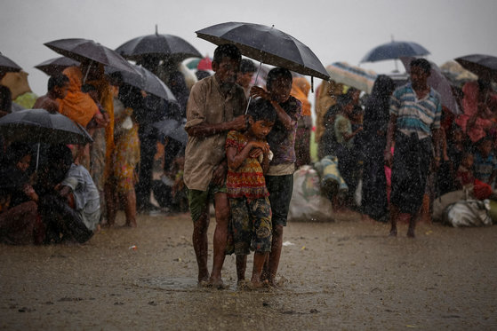 지난해 8월 말 미얀마 정부 탄압을 피해 방글라데시로 국경은 넘어 피신한 로힝야족 난민들. [로이터=연합뉴스]