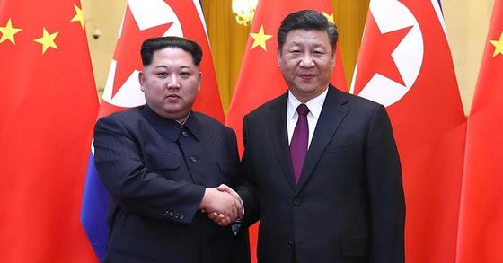김정은 북한 노동당 위원장이 지난달 25일부터 28일까지 중국을 비공개 방문해 시진핑 중국 국가주석과 회담을 가졌다. 김 위원장은 부인 이설주와 함께 중국을 방문했으며, 북중정상회담과 연회 등 행사에 참석했다. [사진 CCTV]