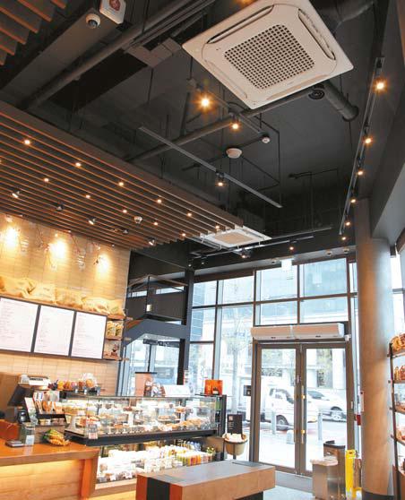 실내 공기 관리를 위해 천장 매립형 공기청정 시 스템을 설치한 스타벅스 홍대공항철도역점.
