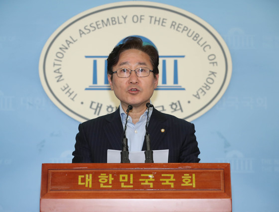 더불어민주당 박범계 수석대변인이 15일 오후 국회 정론관에서 민주당원 인터넷 댓글조작 파문과 관련해 브리핑하고 있다. [연합뉴스]