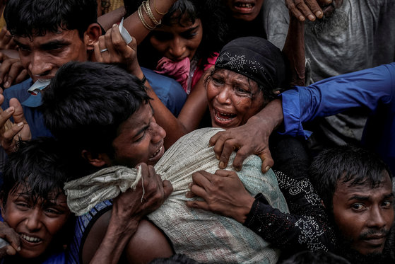 지난해 9월 방글라데시 콕스 바자르에 있는 난민캠프에서 로힝야족 사람들이 구호물자를 놓고 다투고 있다. [로이터=연합뉴스]