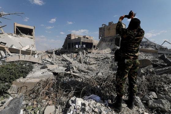 지난 13일 미군의 공습을 받아 파괴된 시리아 다마스쿠스의 과학연구센터. [로이터=연합뉴스]