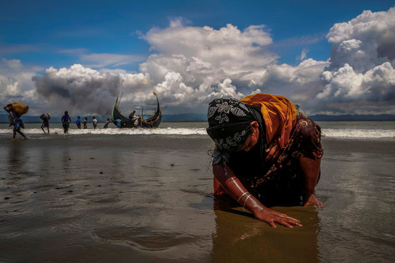 미얀마와 방글라데시 국경을 흐르는 나프강을 건넌 로힝야족 난민 여성. [로이터=연합뉴스]