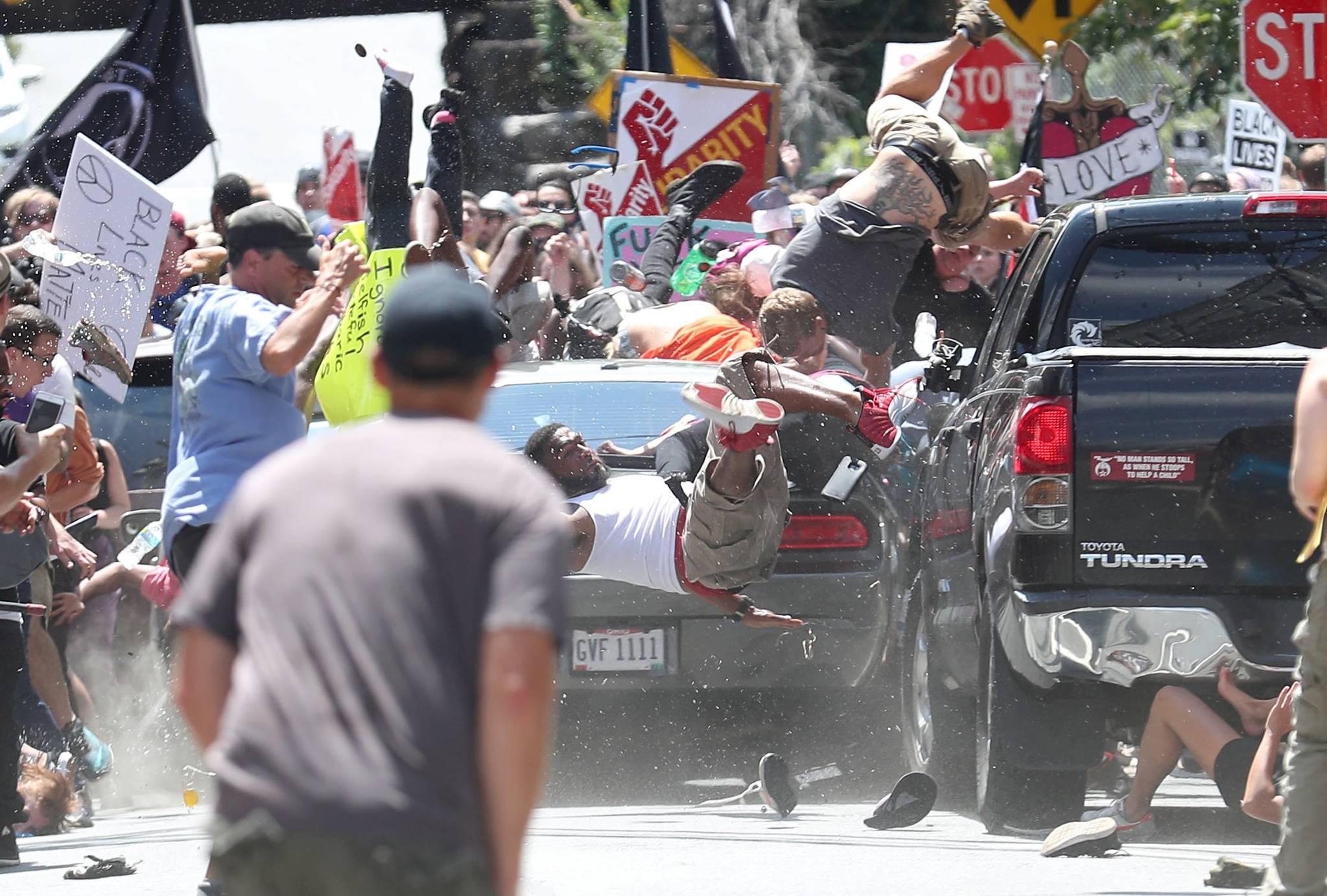 Ryan Kelly of The Daily Progress은 시위 사진으로 브레이킹 뉴스 사진 부문에 선정됐다. 지난해 미국 버지니아 주 샤롯츠 빌 시내 몰의 NE 4번가를 행진하는 시위대를 향해 차량이 돌진해 충돌한 시민들이 날아가고 있다. [EPA=연합뉴스]