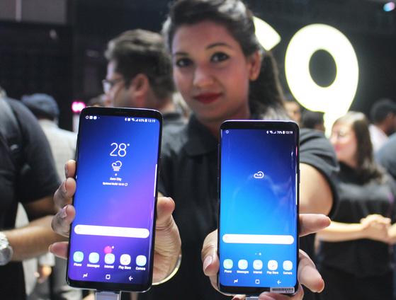 지난달 6일(현지시간) 인도 뉴델리에서 열린 '갤럭시 S9', '갤럭시 S9 ' 출시행사에서 삼성전자 관계자가 기기를 손에 들고 포즈를 취하고 있다.   삼성전자 인도 법인은 16일 세계 출시일에 맞춰 인도에서도 이들 스마트폰을 판매한다. 가격은 갤럭시 S9 64GB가 5만7천900루피(95만원), 갤럭시 S9 256GB가 7만2천900루피(119만6천원)로 각각 책정됐다. [사진 연합뉴스]