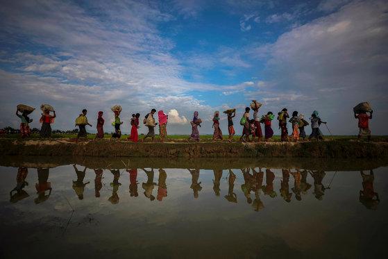 정부의 탄압을 피해 방글라데시로 피난가는 로힝야족. 지난해 11월 2일 사진이다. [로이터=연합뉴스]