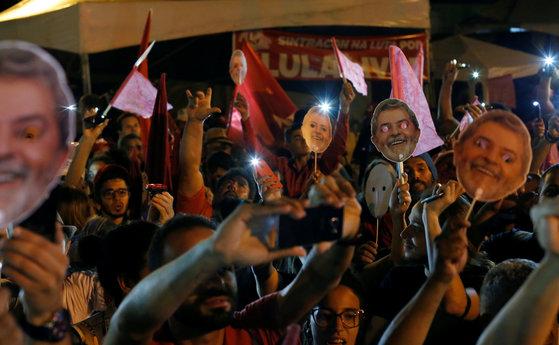 룰라 대통령을 석방하라고 요구하는 시위자들. [로이터=연합뉴스]