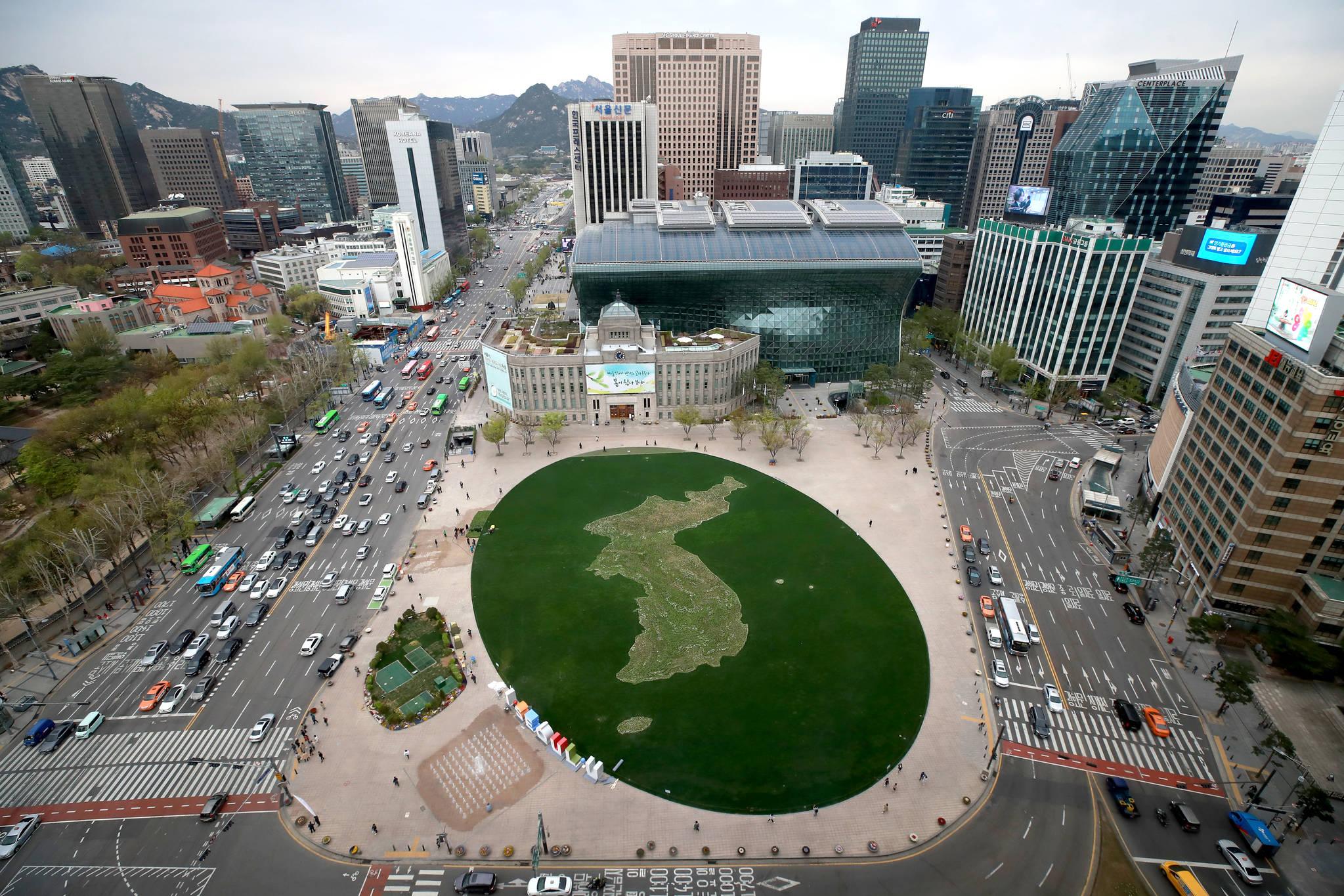 13일 오후 서울 중구 서울시청 앞 광장에 한반도 모양의 꽃밭이 완성돼 모습을 드러내고 있다. [연합뉴스]