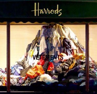 런던 헤롯백화점 쇼윈도에 의류 쓰레기가 쌓여 있다. 패션 브랜드 베트멍과 과잉 생산되는 의류에 대한 문제점을 알리겠다는 취지로 벌인 이벤트다. [사진 각 브랜드]