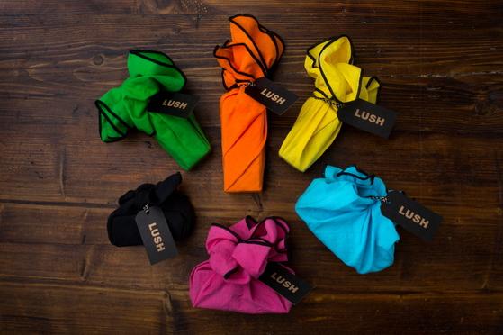 영국 화장품 브랜드 '러쉬'가 봉투·상자 대신 사용하는 포장용 보자기 '낫랩'. [사진 각 브랜드]