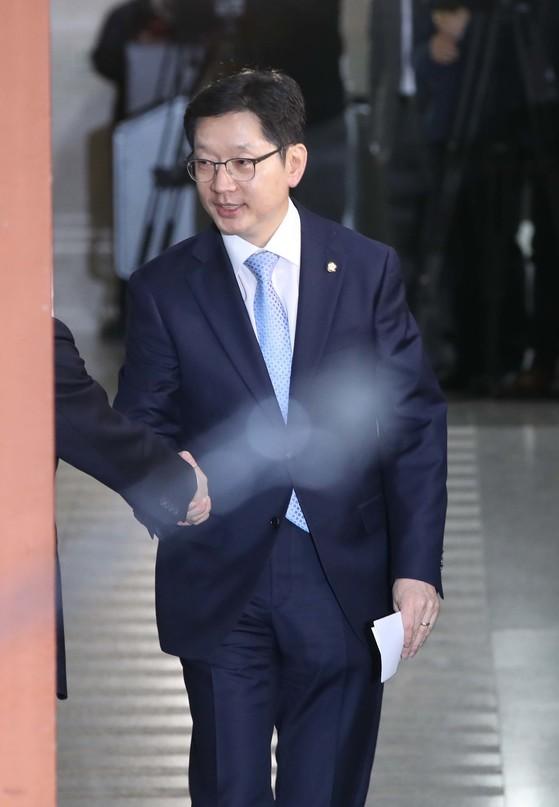 민주당원 댓글조작 사건에 대해 설명을 하기 위해 16일 오후 국회 정론관에 들어서는 더불어민주당 김경수 의원. 오종택 기자