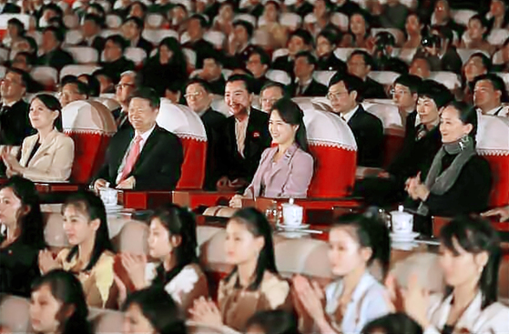 김정은 북한 노동당 위원장의 부인인 리설주는 지난 14일 평양 만수대예술극장에서 중국 중앙발레무용단의 발레무용극 '지젤'을 관람했다 노동신문이 15일 전했다. [중앙포토]