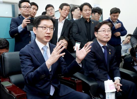 김경수(왼쪽) 더불어민주당 의원이 16일 국회에서 '민주당원 댓글조작 사건'과 관련, 기자들의 질문에 답변하고 있다. 오른쪽은 박범계 수석대변인. [오종택 기자]