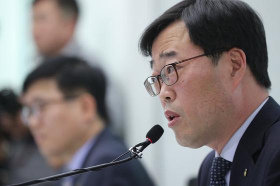김기식 금융감독원장이 16일 오후 서울 마포구 공덕동 저축은행중앙회에서 저축은행 CEO 간담회를 했다. 이날 김 원장이 모두발언을 하고 있다.