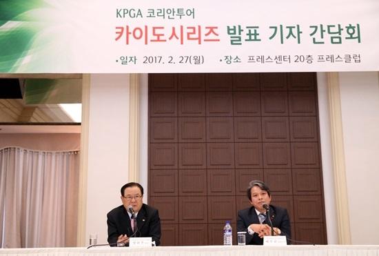 지난해 2월 27일 서울 중구 프레스센터에서 열린 KPGA 카이도 시리즈 조인식에서 KPGA 양휘부 회장(왼쪽)과 카이도 배우균 대표이사가 기자회견을 하고 있다. [사진 KPGA]
