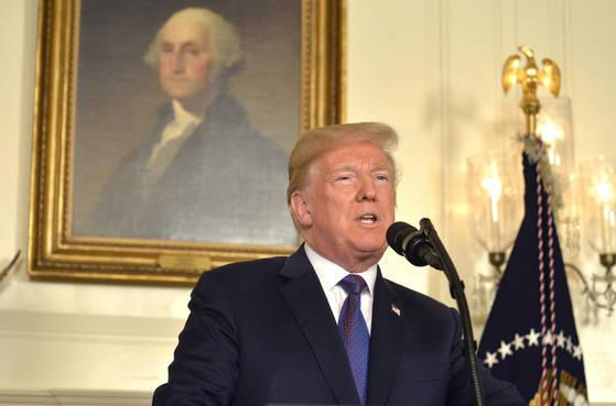 13일(현지시간) 도널드 트럼프 미국 대통령이 백악관에서 시리아에 대한 공습 명령에 관한 성명을 발표하고 있다.