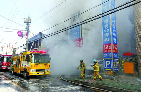 지난 1월 26일 경남 밀양시 가곡동 세종병원에서 불이나 소방대원이 화재진압을 하고 있다. [연합뉴스]