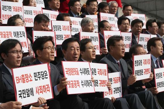 자유한국당 김성태 원내대표(앞줄 왼쪽 셋째)와 중진의원들이 17일 국회 본청 앞에서 댓글공작 진상조사' 등을 요구하며 구호를 외치고 있다. 오종택 기자