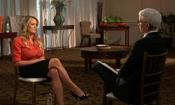 지난 3월 25일 CBS에 출연한 스토미 대니얼스가 앤더슨 쿠퍼와 트럼프 미국 대통령 스캔들에 관한 인터뷰를 하고 있다. [AP=연합뉴스]