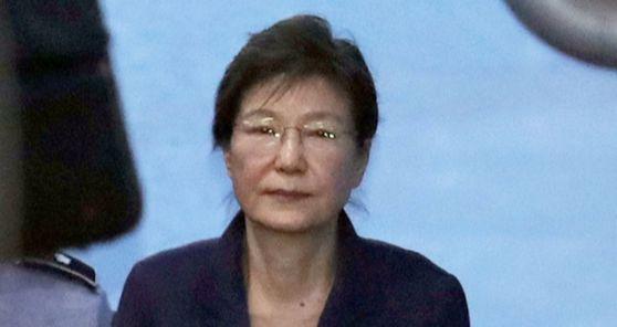 지난해10월 16일 공판에 출석한 박근혜 전 대통령. 박 전 대통령은 이날을 끝으로 법원에 나오지 않았다. [연합뉴스]