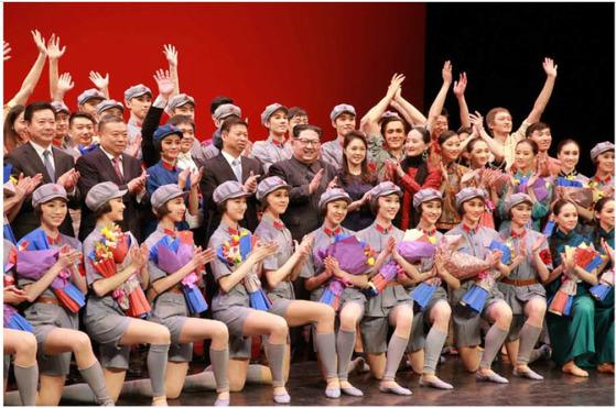 김정은 북한 국무위원장이 중국 중앙발레무용단의 공연을 본 뒤 기념사진을 촬영하고 있다. [노동신문 캡처]