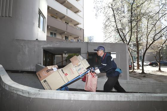 서울 노원구 상계주공 아파트의 '실버 택배 기사'들은 물품을 손수레 등에 실어 배송한다. [임현동 기자]