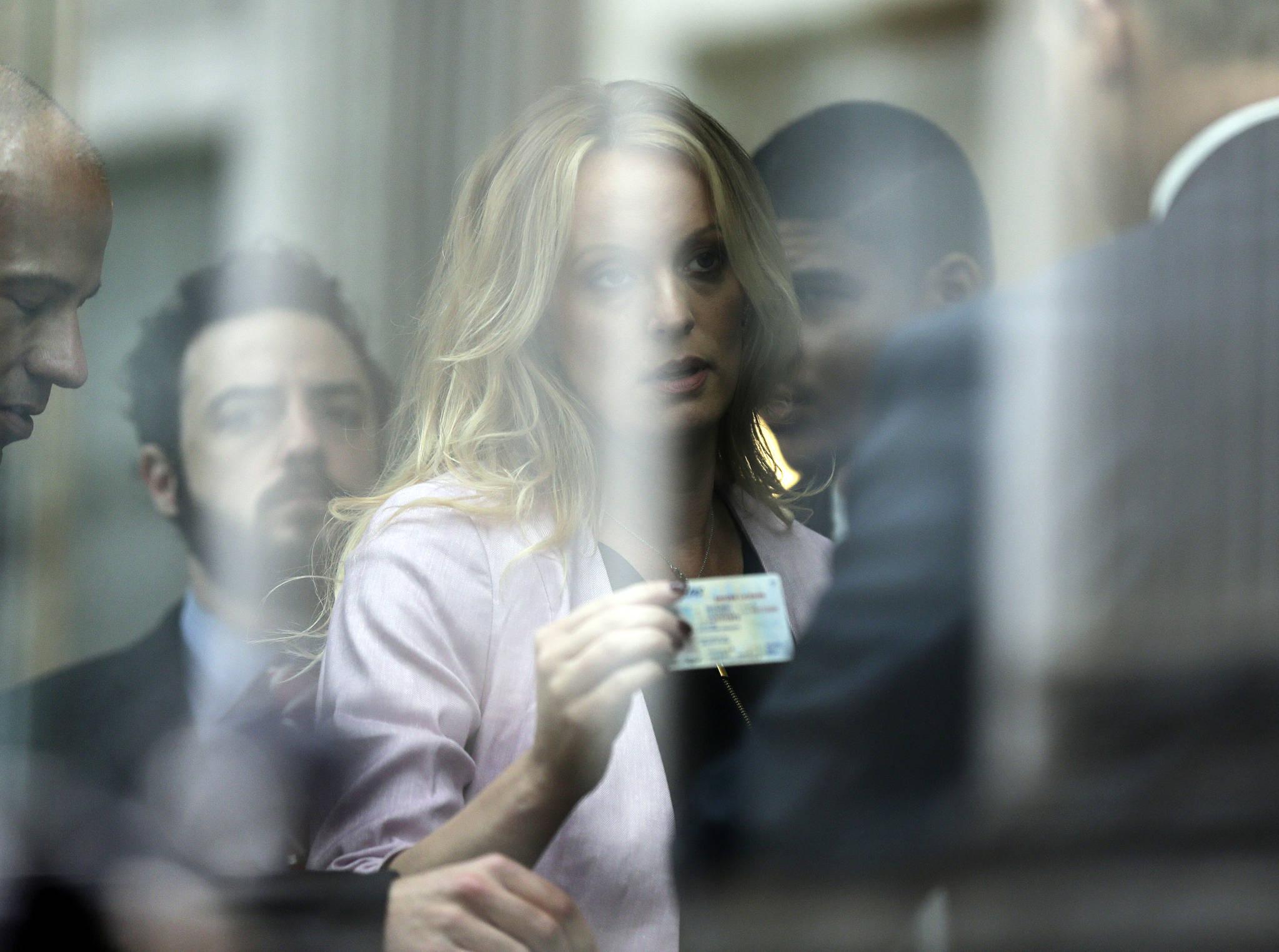 스토미 대니얼스가 연방법원에 출석해 법원 관계자에게 신분증을 보이고 있다. [AP=연합뉴스]