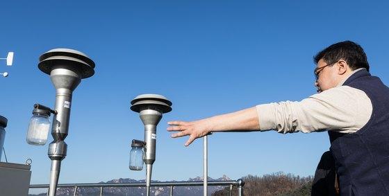 서울 서대문구 도시대기측정소에서 직원이 미세먼지 측정구에 대해 설명하고 있다.[뉴스1]