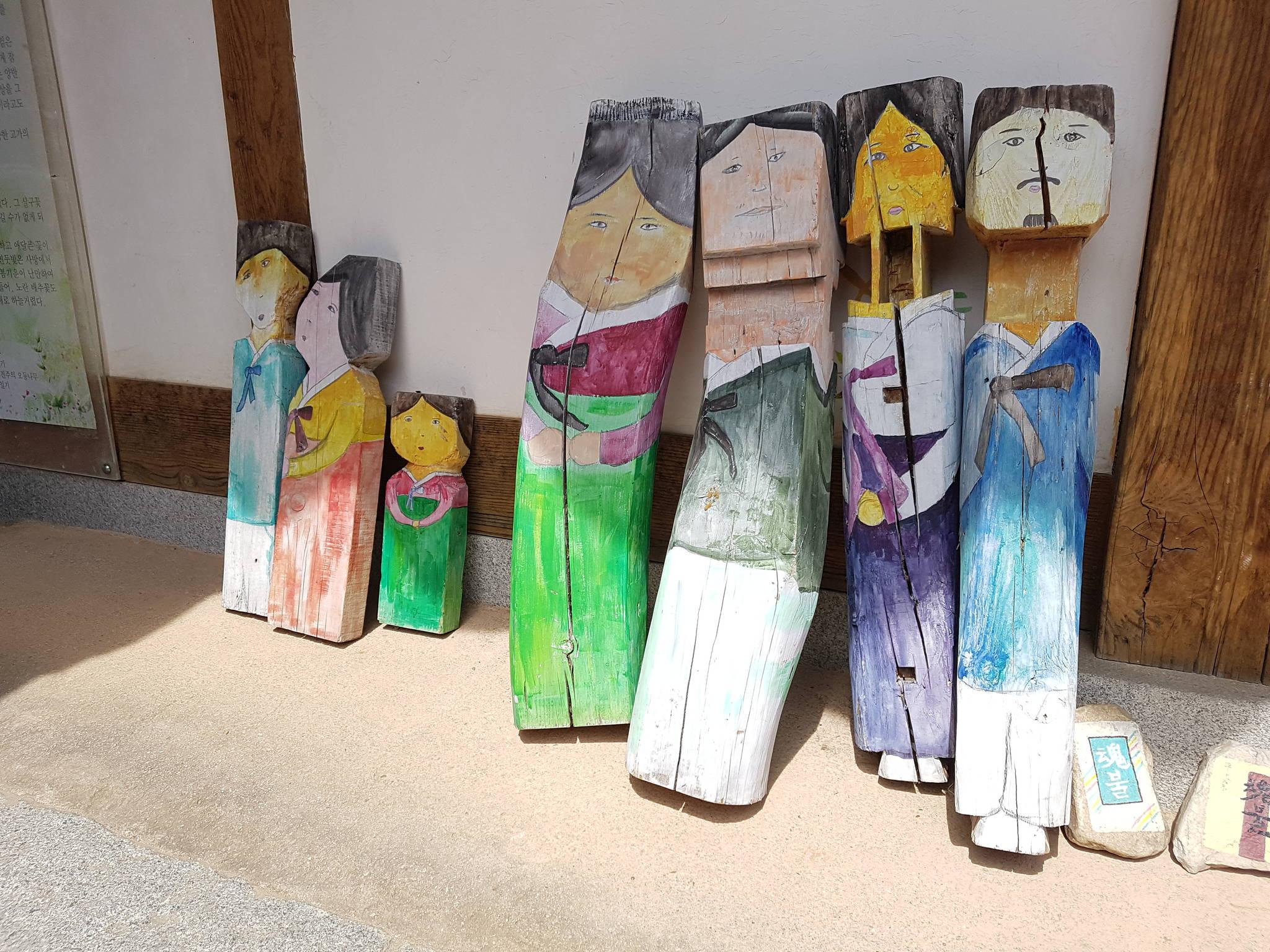 문학관 마당에 있는 고재(古材) 작품. 화가 한숙씨가 『혼불』에 등장하는 인물들을 오래된 나무(古材)에 그린 그림이다. 전주=김준희 기자